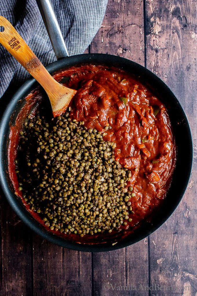 To the sauce, the French lentils are added.